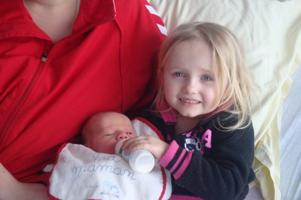 Emma qui prend soin de sa petite soeur Chloé