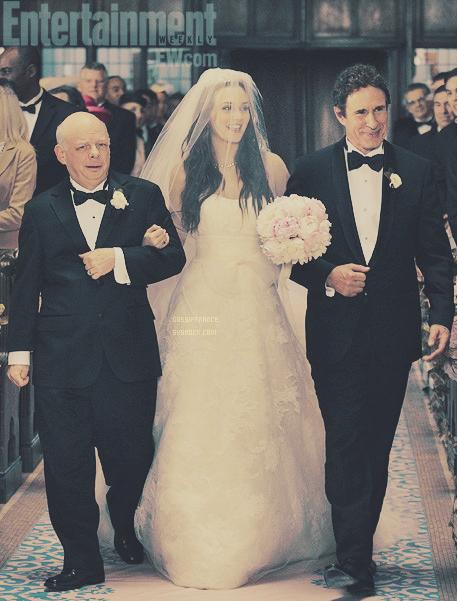Voici en exclusivité un aperçu du mariage de notre Queen B aux bras de son père (Harold Waldorf) et son beau-père (Cyrus Rose) et bonne année à tous ! ♥