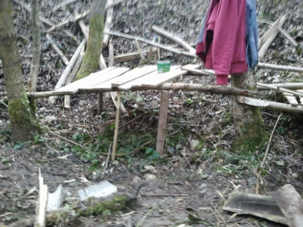 9) cabane a coter de la riviere