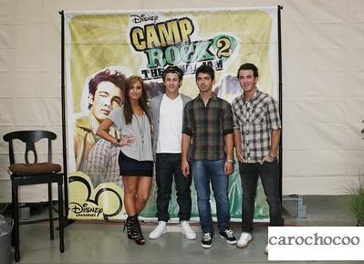demi et les jonas brothers on signé des autographe le 1er septembre 2010 pour la promo de camp rock 2 àRochester Hills dans le Michigan