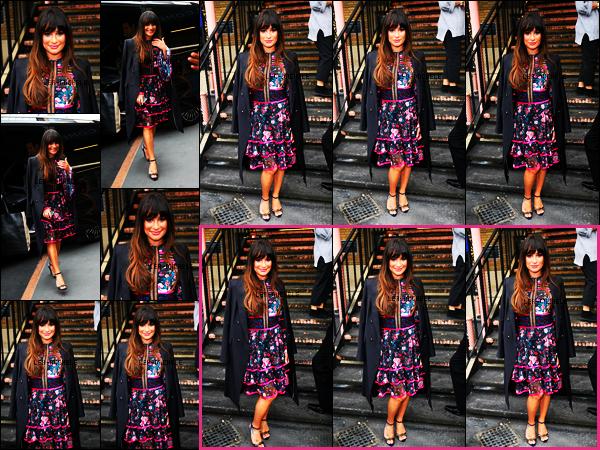 23/04/17 ─ En matinée  Lea Michele  à donné une interview sur la chaîne « Sunday Brunch » à Londres.Je valide la sublime tenue de notre chanteuse, ça fais plaisir de voir Lea  souriante comme cela, on ne s'en lasse pas ! Que penses tu de sa tenue?[/alig fen]
