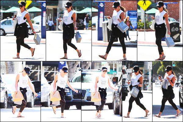 27/03/17 ─  Lea M. à été vue alors qu'elle quittait le  « Montana Ave Shopping Mall » dans Los Angeles.Caquette + Lunettes de soleil ? Lea n'a pas l'air très heureuse de voir les paparazzis, la jeune femme porte une tenue simple, c'est un bof pour moi.[/alig fen]