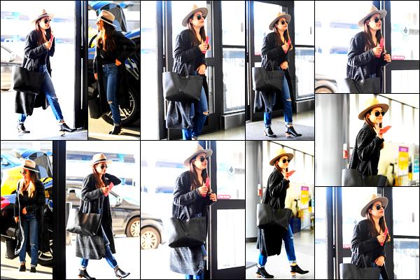 30/03/17 ─    Lea Michele à été vue alors qu'elle arrivait à l'aéroport  « LAX » dans la ville de Los Angeles.Lea Michele à l'air très heureuse ! Et pour cause, la belle à pris un vol direction quelques jours de vacances à Napa, c'est un gros top pour sa tenue.[/alig fen]