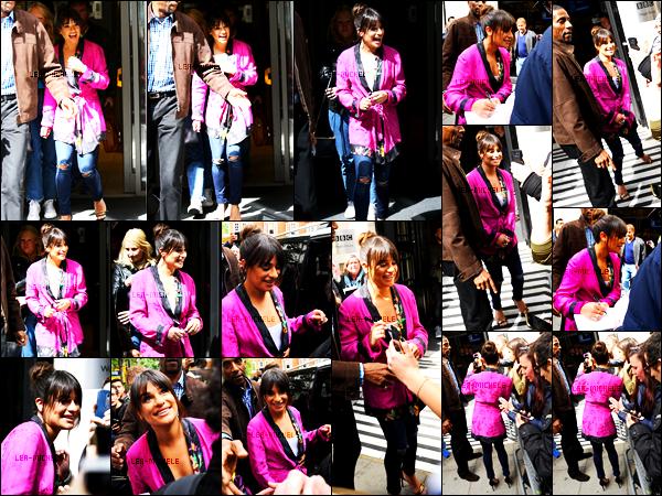 22/04/17 ─ Le lendemain  Lea Michele  est allée aux studios de la radio « BBC 2 » à Londres, Angleterre.C'est très souriante & dans une tenue un peu japonaise que Lea à accepter de faire quelques photos avec ses fans, elle est adorable ! Un gros top.[/alig fen]