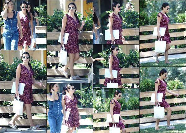 """"""" •  03/08/18    —    Lea Michele a été photographiée alors qu'elle quittait la maison d'une amie dans les rues de Los Angeles !!La jeune chanteuse était vêtue d'une petit robe à motifs, qui lui allait à ravir !! Je lui accorde un top pour sa tenue ! Quel est votre avis ?!  """""""