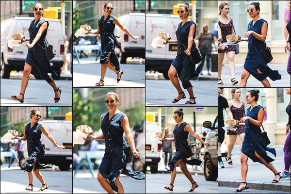 """"""" •  16/07/18    —   Lea Michele Sarfati a été photographiée se baladant et s'achetant à manger dans la ville de New York City.Notre belle jeune femme était absolument radieuse ce jour-là, en plus elle était toute souriante ! Je lui donne un grand top pour cette fois.  """""""