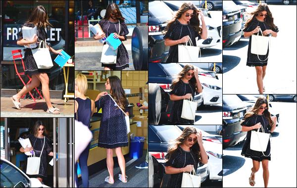 """"""" •  26/09/18    —   Lea Michele a été photographiée alors qu'elle se promenait et faisait ses courses dans West Hollywood CA.En ce qui concerne cette tenue la jeune femme portait une robe qui lui allait plutôt bien ! Je lui accorde donc un top, quel est votre avis ?!  """""""