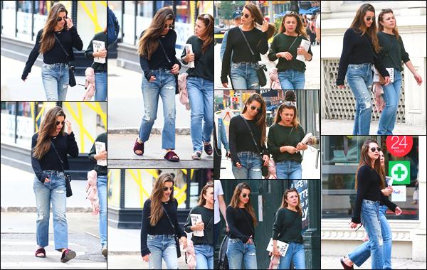 """"""" •  01/10/18    —   Lea Michele a été photographiée alors qu'elle se promenait avec sa maman dans les rues de New York City.Et voici la première sortie du mois d'octobre de notre chanteuse préférée. En ce qui concerne sa tenue, je lui accorde un petit top et toi ?!  """""""