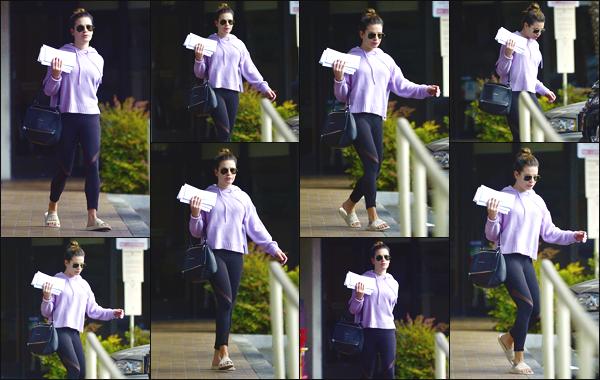""""""" •  13/11/18    —   Lea Michele a été photographiée, alors qu'elle se promenait, dans les rues de la ville de Los Angeles, en CA !La jeune femme était vêtue d'une tenue sportive, et se baladait sans maquillage. Je lui donne un flop pour sa tenue ! Qu'en pensez-vous ?  """""""
