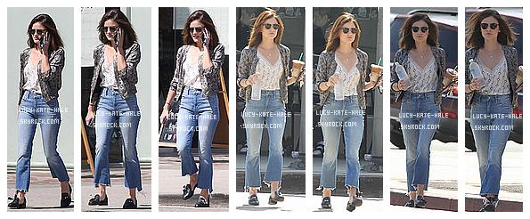 ------------+ 11/08/2016 : Lucy a été photographiée avant et après avoir été cherché son Starbucks quotidien dans - LA Lucy portait un très jolie jean, des petits mocassins que je n'aime pas du tout, un haut blanc simple et une petite veste tailleur. TOP ! ------------+