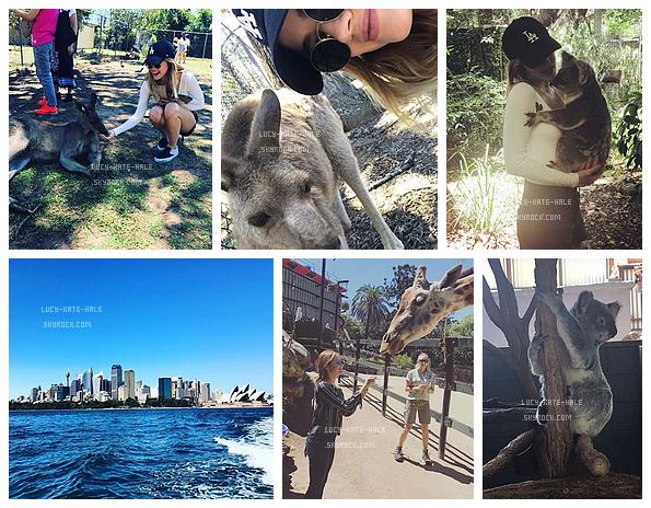 ------------+ 13/11/2016 : Lucy s'est renduedans un parc animalier à Sydney, elle y est retourné le 16/11- Australie Les tenues de Lucy sont toutes les deux très simple mais efficace alors j'aime beaucoup notamment celle du 16/11 avec les rayures. ------------+