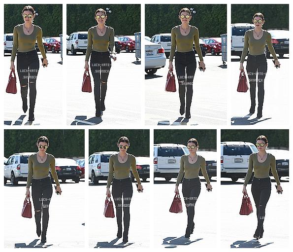 ------------+ 8/10/2016 : Lucy a étéphotographié par les paparazzis -seule- se rendantauStarbucksdans -Studio City Lucy était vraiment superbe dans cette tenue automnal. J'aime beaucoup la tenue de Lucy, elle est simple mais elle fonctionne.  ------------+
