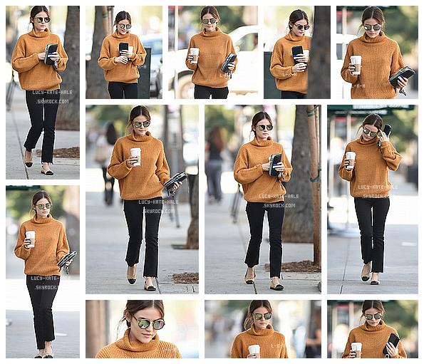 ------------+ 8/10/2016 : Lucy a une nouvelle fois étéaperçuese baladant unStarbucksen main dans - Los Angeles Je suis contente de voir Lucy avec du orange, c'est une couleur qui lui va à ravir je trouve. Par conte je n'aime pas le pantalon. ------------+