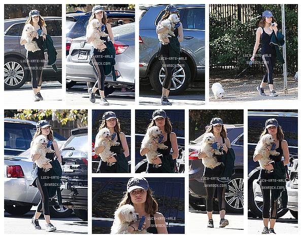 ------------+ 20/10/2016 : Lucy a étéaperçueavec son chienElvis faisant une petite randonnée dans - Los Angeles Lucy était vêtue d'une tenue sportive donc confortable pour une randonnée avec son chien, Elvis. Lucy a l'air très fatiguée ! ------------+