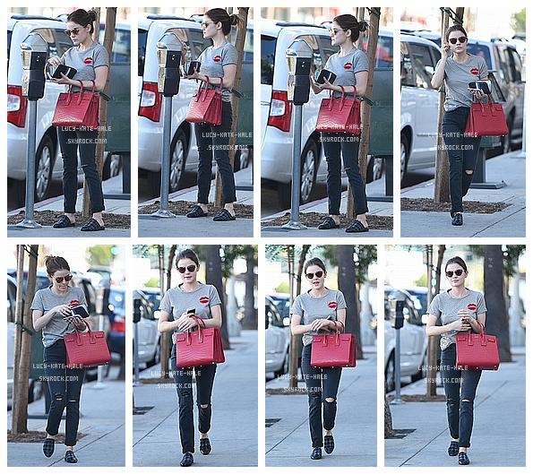 ------------+ 22/10/2016 : Lucy a une nouvelle fois été photographiée se promenant seule, dans les rues de - Los Angeles J'aime beaucoup la tenue de Lucy notamment le haut avec les lèvres mais Lucy a oublié d'enlever ses chaussons ? Elle reste magnifique ------------+