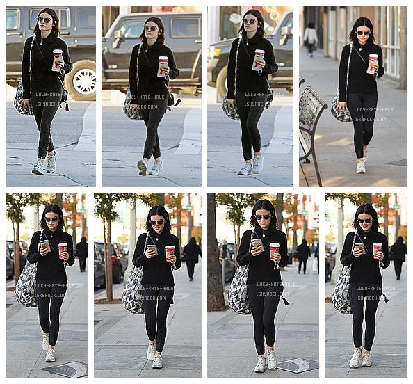------------+ 09/12/2016 : Lucy à étéaperçue -Starbucks en main- faisant du shopping dans les rues de - Los Angeles Lucy était vêtue d'un ensemble sportwear noir qui lui va a ravir et d'un sac-cabas. Pour moi c'est ungros TOP pour la belle ! ------------+