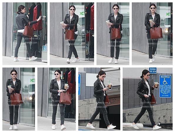 ------------+ 07/01/2017 : Lucy a encore une fois été photographiée sortant d'un salon de manucure à - Los Angeles Lucy était vêtue d'une tenue simple mais efficace. Elle était très jolie et j'adore son sac a main. Mais FLOP pour els chaussures. ------------+