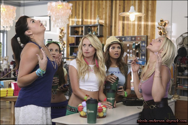 """Découvrez les premiers stills de l'épisode de « Happy Endings » où Nicole apparaît !       Épisode 2, saison 2 """"BABY STEPS"""".  * Article concernant l'apparition de Nicole dans cette série ici ! Résumé : La ligne de vêtement pour bébé avec slogan (""""Mets-moi au lit"""") d'Alex devient inopportunément populaire parmi les adolescentes, qui font de son magasin leur nouvel endroit favori. Elle sont aussi très impressionnée par Alex et Centime. Pendant ce temps, Jane canalise sa mère intérieure tandis qu'elle part à la recherche de sa """"fille d'oeuf"""", la fille, qui a maintenant 11 ans, pense qu'elle est le résultat de l'oeuf qu'elle a donné à l'université.       –         TRADUCTION."""