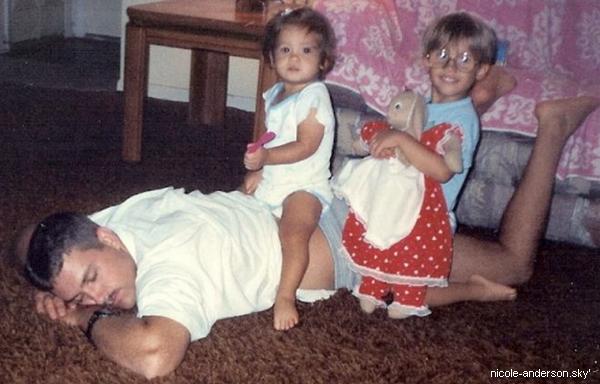 """.  Nicole, pour la fête des pères, a posté une photo de son père suivie de : """"Mon père est si cool qu'il peut faire le tapis volant ET la sieste au même moment. Bonne fête des pères, Papa.  Je t'aime."""", sur Twitter src.  ."""
