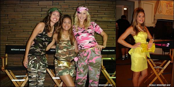 Voici des photos de Nicole sur le plateau du tournage de Mean Girls 2. Les photos du tournage datent de Février. Aimes-tu la robe que Nicole porte ?