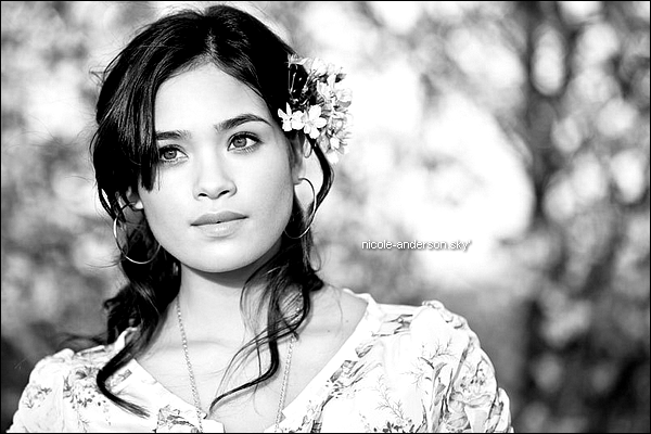 * Photoshoot de Nicole Anderson par Alexandra DeFurio, datant de 2011. *