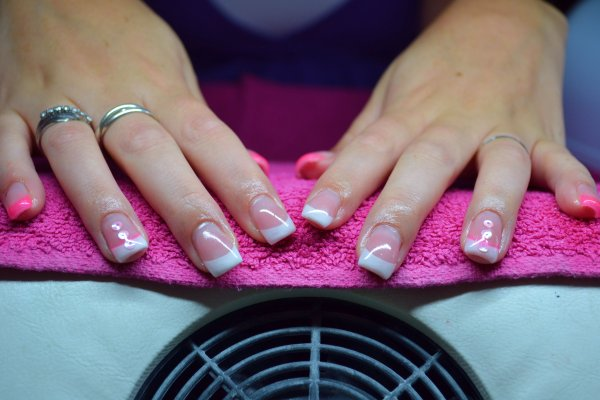 Ongles frenchs blanches/fushias + déco ronds roses
