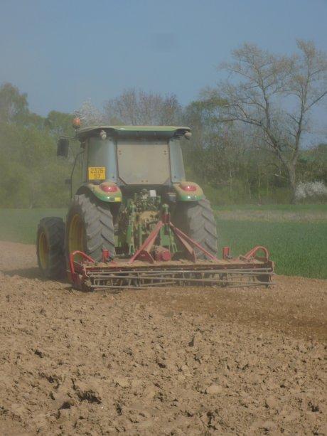 Préparation des sols avant semis de maïs(Herse Rotative)
