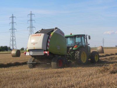 Pressage de paille de blé avec Claas Variant 380
