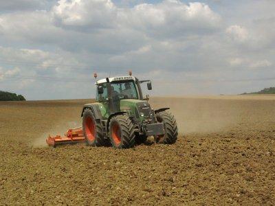 Préparation des sols(Herse Rotative avec le Fendt 820)