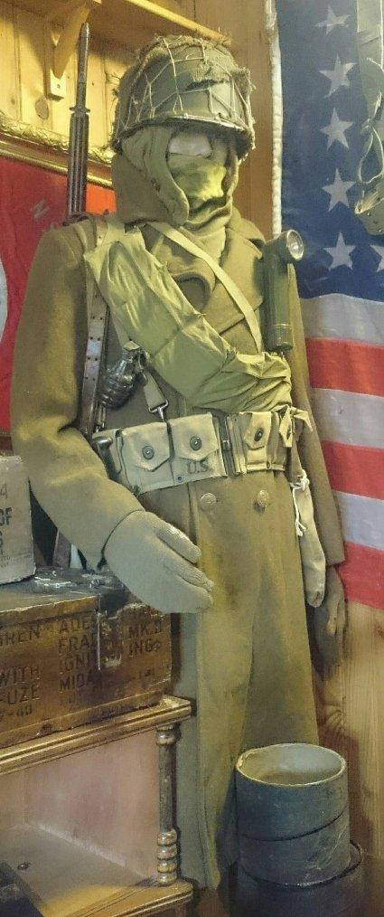 Mannequin schutztafel converti en wehrmacht. Toujours coincé avec ce pantalon en attendant... Et cartouchiere d'allègement pour le mannequin us