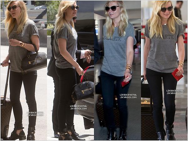 03/05/13 : Kirsten a été vue arrivant à « l'aéroport de LAX » à Los Angeles, pour aller à NYC !