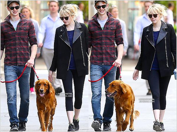 :  07/05/13    Emma et son chéri Andrew ont été vus se promenant  avec leur chien dans les rues de New-York !