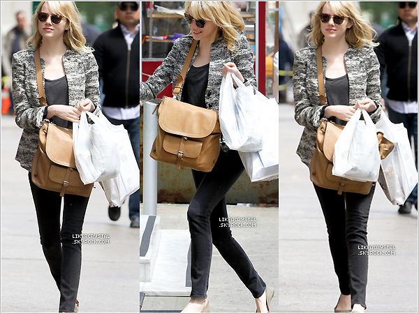 :  14/05/13    Emma Stone est enfin sortie et elle a été aperçue faisant du shopping dans les rues de New-York. !