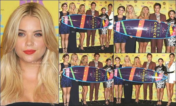 16/08/15 : La belle Ashley Benson s'est rendue à la cérémonie des Teen Choice Awards, avec le reste du casting de PLL.   La série PLL a remporté l'Award de la meilleure série et Ashley celui de la meilleure actrice TV de l'été, félicitation ! Radieuse dans cette tenue !