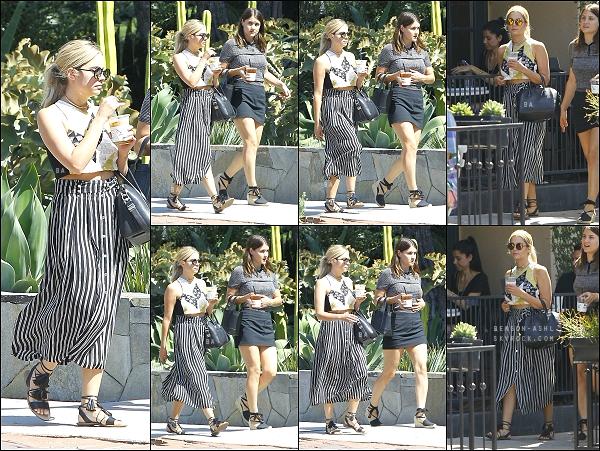 01/08/15 : En ce premier jour d'août, la jolie blonde s'est baladée avec une de ses amie dans les rues de Los Angeles.  • Côté look : Une tenue estivale qui change de ses tenues habituelles noires, j'aime beaucoup. Coup de coeur pour ses chaussures. Un beau top ! •