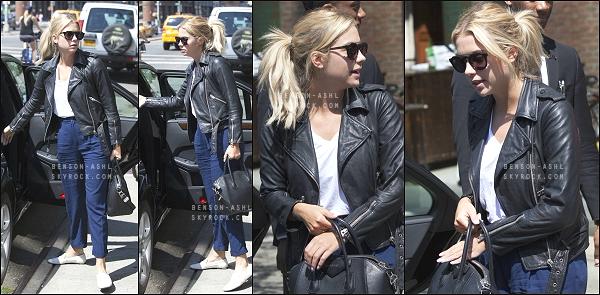 25/07/15 : La jolie blonde Ashley Benson à été photographiée sortant de l'hôtel The Bowery, situé à New York City.  • Côté look : Très joli ensemble, un top! - Des fans étaient devant l'hôtel, elle s'est arrêtée pour faire des photos avec, avant de regagner sa voiture.
