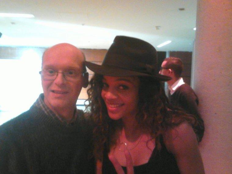 une photo en compagnie de la chanteuse Louisy Joseph.