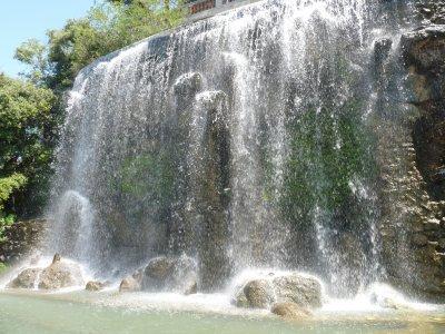 une cascade qui donne la vue superbe sur la mer et le port de nice en haut des coline