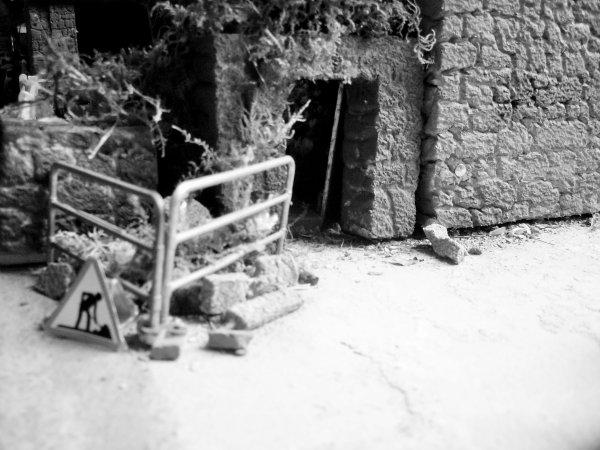 on attend toujour le maçon au pied du mur