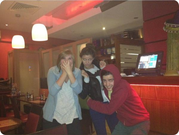 01/08/2012 - Eleanor a passé la soirée avec des amis