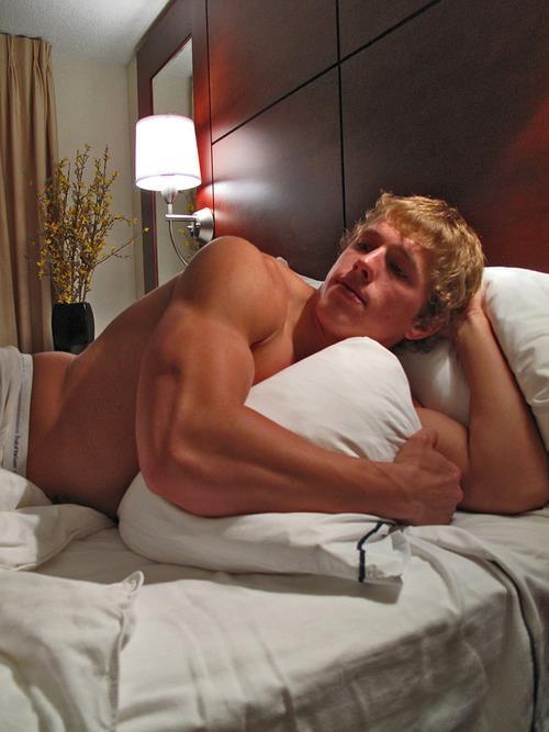 beau blond sexy dans un lit