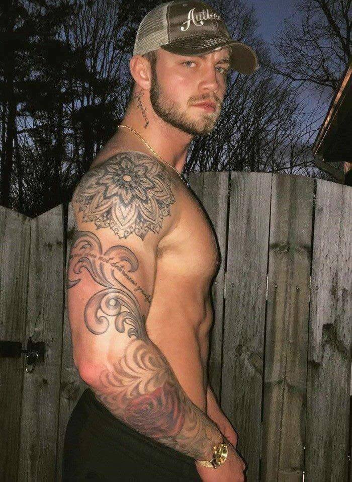 beau mec viril tatoué