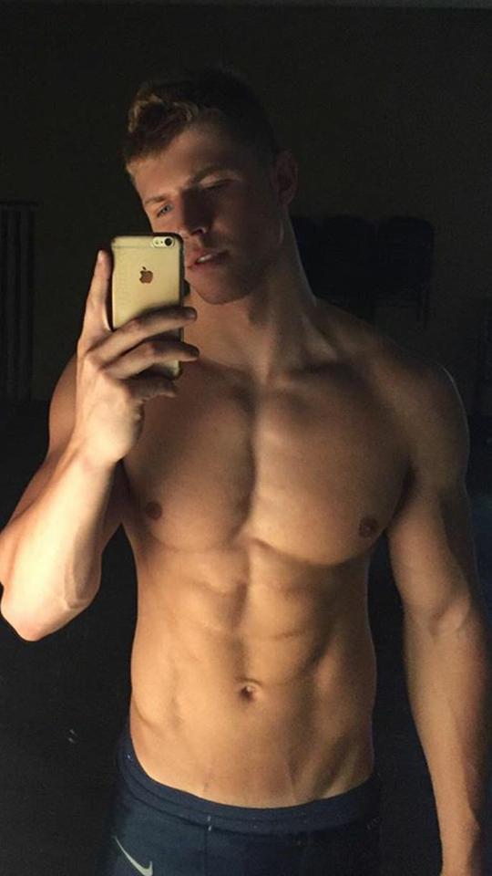 jeune mec blond canon musclé selfie