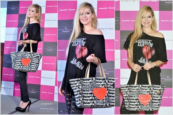 """12 Aout -  Avril Lavigne chante """"Smile"""" dans l'émission japonaise """"Mezamashi TV] 12 Aout -  La belle a participé à une conférence de presse en l'honneur de l'ssociation de sa marque avec la marque """"Samanta Thavasa"""" dont les recettes seront versés au Japon.  13 Aout - Comme prévu, la Canadienne a chanté lors du festival """"Summer Sonic"""" 19 Aout - Avril et son boyfriend ont été vus dans un magasin de surf de Los Angeles. 20 Aout -  Les deux lovers se sont rendus à Montecito pour le mariage de Kim Kardashian.  22 Aout -  Avril était à Vegas pour présenter la nouvelle collection de AD lors de la convention Magic Marketplace. Puis elle a posé avec l'équipe du Cirque du Soleil."""