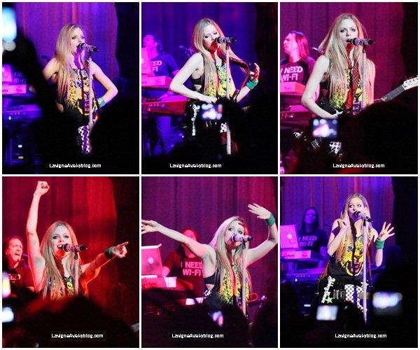 3 octobre:   Avril Lavigne s'est rendue à Vancouver au Canada pour un concert du Black Star Tour