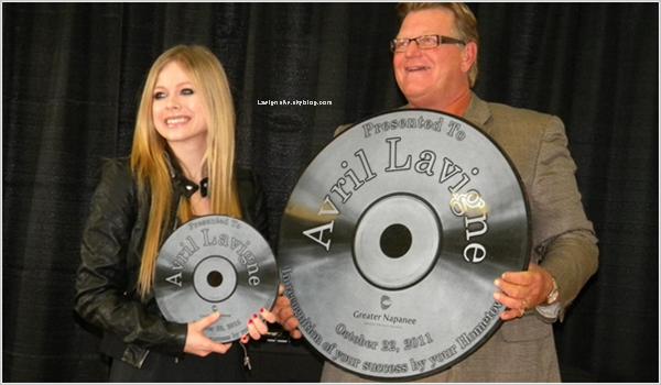 22/10/11 -  Avril Lavigne était de passage dans sa ville natale, Napanee. Elle y a rencontré le maire qui lui a remis un prix, elle a mangé dans sa pizzeria favorite et a rencontré des fans.