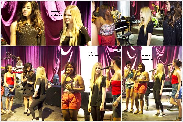 28 Nov Avril Lavigne était invitée sur le plateau de Live with Kelly et a chanté Wish You Were Here, Smile (perso j'adore les live) et a répondu à quelques questions.
