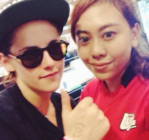 06/07 septembre 2014 // Kristen s'est rendue au parc d'attraction MegaZip Adventure à Singapour. Celle-ci a réalisé plusieurs activités dont de la tyrolienne [vidéo] et a également pris le temps de poser avec plusieurs fans. [/alig fen]