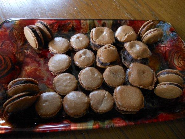 Macarons au chocolat avec une ganache orange-chocolat