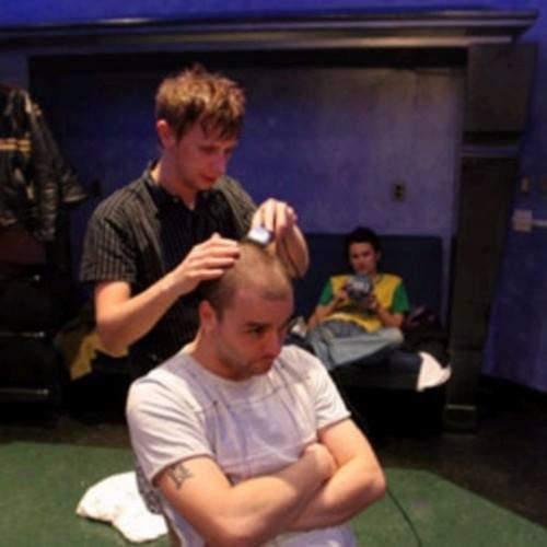 Après Dom le batteur, Dom le coiffeur..